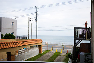 窓からの景色は今日の材木座ビーチの表情が一目でわかる。なんだかプライベートビーチみたいで、贅沢