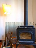 ただそこにあるだけで絵になる薪ストーブ。もちろん暖かさは保証済み。