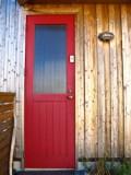 エントランスドアの鮮やかな赤が目にまぶしい。