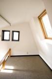 天窓付きのロフトは、アンネフランクの隠れ家気分。