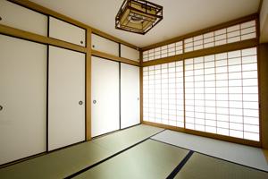 床の間や廊下の余白がある和室は、格を感じさせる。