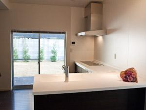 すっきりシャープな印象のキッチンに立てば料理上手に見える!?