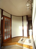 アールを描いたつくりがユニークな広い玄関。