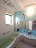 バスルームの色も個性的。これならお風呂の時間が待ち遠しくなる!?