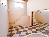 市松模様のような大理石の床がゴージャス。鏡張りの開き戸を開けるとシューズクローゼットが。