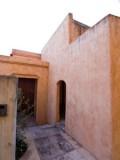 アドビ風の土壁が印象的な建物外観。