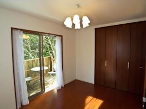 カーテンと照明付きですぐに使用可能な1階の洋室。