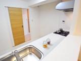 キッチン後方の引き戸を開けるとすぐ洗面室という、使い勝手のいい動線の水廻り。
