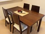 4人掛けのダイニングテーブル、イスを追加すればさらにもう2人座れる。