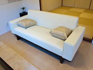 アームの幅が広いソファなので肘をかけてゆったりテレビ鑑賞でも。
