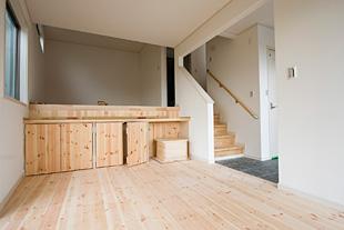 収納に工夫が多い家。作りつけの棚が便利そう。無垢の木は自分でペインティングしてしまっても楽しいかも。
