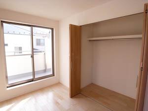 各個室ともたっぷり収納できるクローゼット付き。