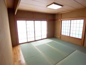 明るく広々した1階の和室。2階にもほぼ同じ間取りの和室が。