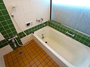足を伸ばせる大きな浴槽がうれしい、レトロなタイル貼りのバスルーム。