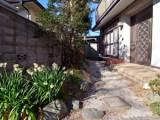 玄関前の庭には季節の花を植えてゲストを出迎えて。