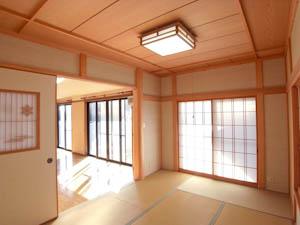 格子障子からやわらかな光が差し込む和室。