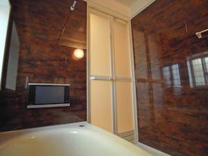 バスルームにはテレビも暖房乾燥機もついて快適そのもの。