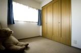 玄関脇のベッドルームは、収納も充実、特大テディベアも悠々すわれます。