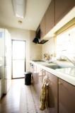 ベランダに通じるドアから採光もよく、通風ともに良好で、すがすがしいキッチン。