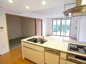 白とステンレスの組み合わせが美しいキッチン。
