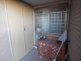 玄関後方のトランクルームには季節のものを収納して。