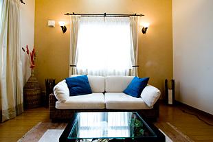 南国のリゾートホテルを思わせるリビングルーム。完璧に建物とマッチした家具もセット販売だというからびっくり。