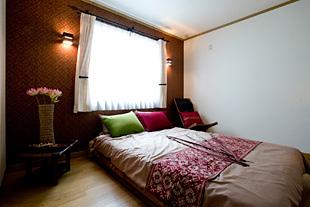 ラグジュアリーなベットルームは1階に。やはりリゾートホテルのような雰囲気のインテリアで。