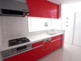 扉カラーは元気いっぱいの赤。床暖房完備で料理する間も足元ポカポカ。