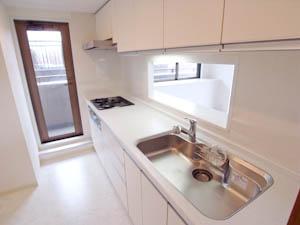 バルコニーへのドアがガラス仕様で明るい印象のキッチン。