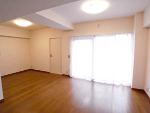 掃き出し窓の左にあるドアから、もうひとつの南向きの部屋へ。