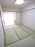あるとうれしい和室。ちょっと横になりたいときにも、遊びに来た友人の宿泊スペースにも。
