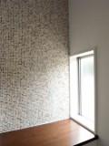 モザイクタイルを使った壁面が目を引くホール。