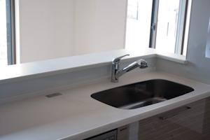 キッチンはグレーの木目調で食洗器付き。