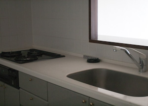 キッチンは、クリーンな白っぽい色使い。