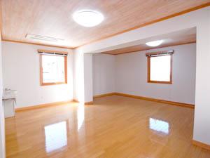 こちらがフリースペース。部屋の一角に小さな洗面台あり。