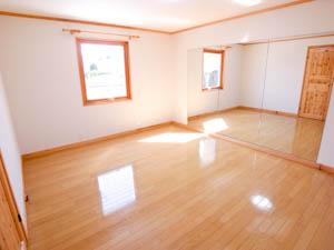 フリースペースの隣の洋室は鏡張りなので実際より奥行きを感じる。