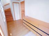 住居側の入口。階段脇には納戸も。