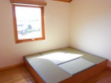 小上がりの和室は畳の家に寝転ぶもよし、ベンチのように腰掛けるもよし。