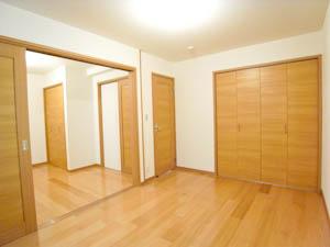 こちらが1室としも別々の部屋としても使える1階の洋室。