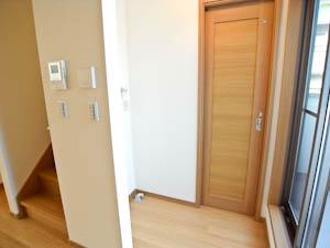トイレのドアだけでなく、洗濯機も隠して設置できるのがうれしい。