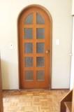 上部が弧を描いたドアがレトロでかわいい。