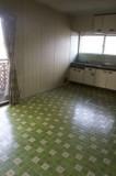 ビニールクロスが昭和な雰囲気のキッチン。