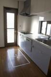 お勝手付き、日当り良好なキッチン。床下収納有り。