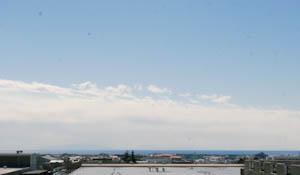 バルコニーから遠くに海が!夏は花火も見えるという。