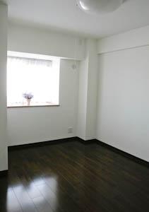 南東側の洋室6.0帖は、出窓付きでキュート。