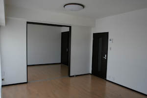 バルコニー側から見たLDKと隣の6帖洋室。