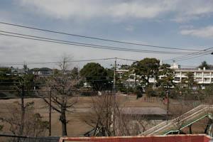 目の前に藤沢小学校。
