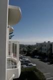 南側の窓から見える7帖ベッドルームからせり出したバルコニー。
