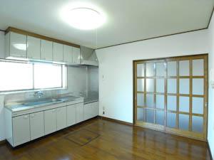 ゆとりのあるダイニングキッチンスペース。左手に見えるのがホーロー製のキッチン。