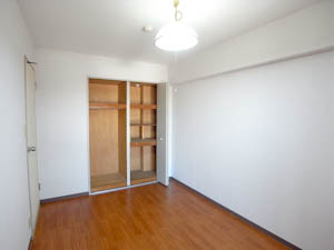 収納しやすい棚板付きのクローゼットがうれしい洋室。
